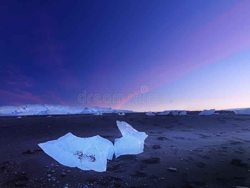 Os blocos de gelo em Islândia na noite ajardinam fotos de stock royalty free