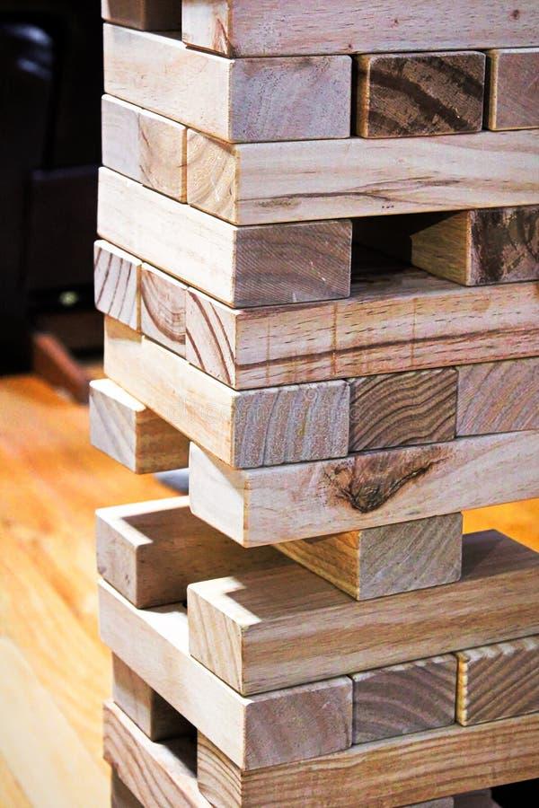 Os blocos de madeira de um jogo de construção imagem de stock