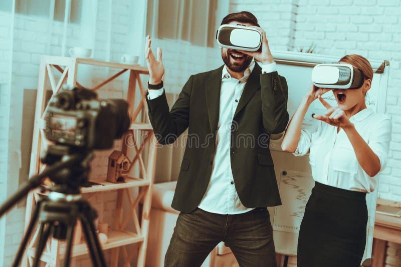 Os Bloggers fazem um vídeo Bloggers foto de stock royalty free