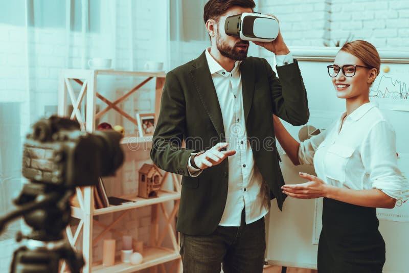 Os Bloggers fazem um vídeo Bloggers foto de stock