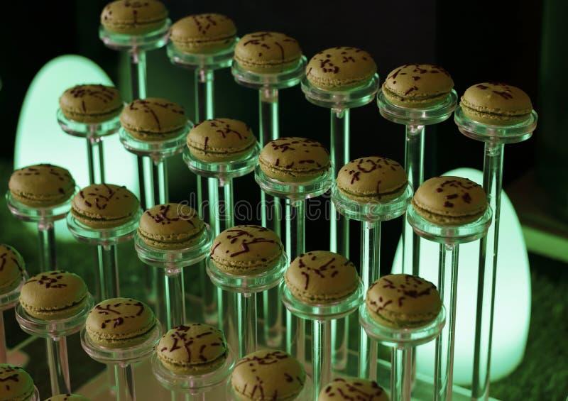 Os bolinhos de amêndoa franceses da cor do pistache elevam-se em seguido imagem de stock royalty free