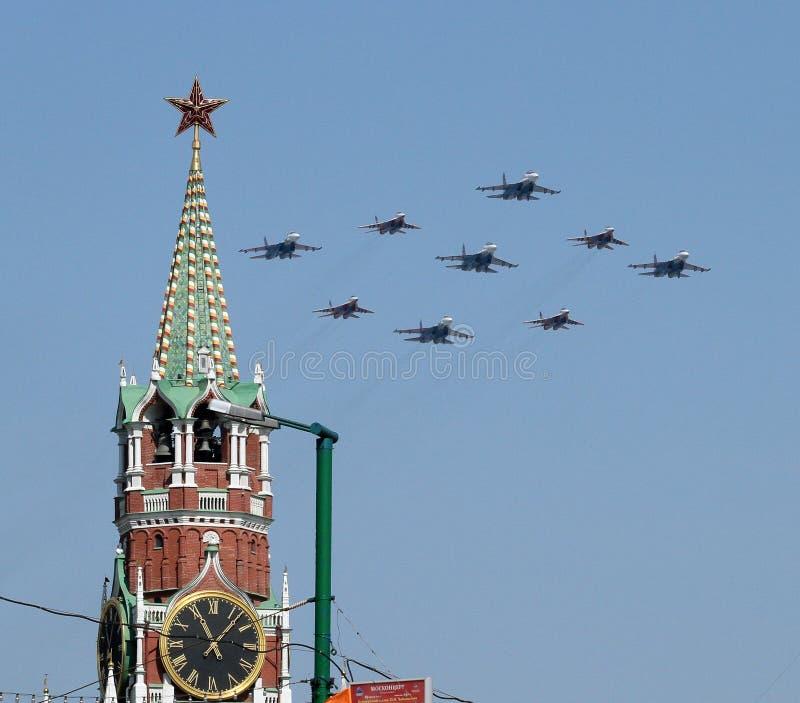 Os bombardeiros do exército do russo voam sobre o palácio grande de Kremlin imagens de stock royalty free