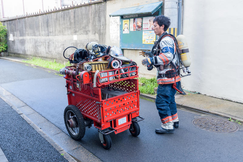 Download Os Bombeiros Preparam O Extintor Durante O Alarme De Incêndio Em Kyoto Japão O 14 De Julho De 2016 Foto Editorial - Imagem de salvamento, evacue: 80102221