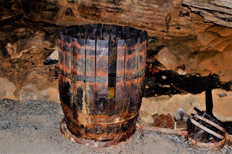 Os bootleggers ilegais escondem nas profundidades da caverna imagens de stock