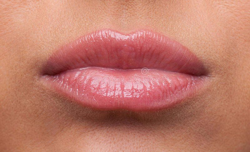 Os bordos da mulher da beleza ofenderam o close-up do sulk imagens de stock