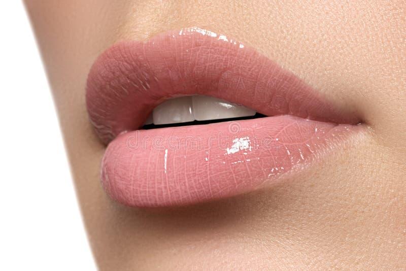 Os bordos da mulher 'sexy' Composição dos bordos da beleza Composição bonita Boca aberta sensual Brilho do batom e do bordo Bordo fotos de stock