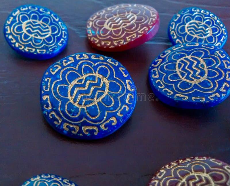 Os botões azuis e vermelhos decorativos com flor do ouro projetam imagem de stock royalty free