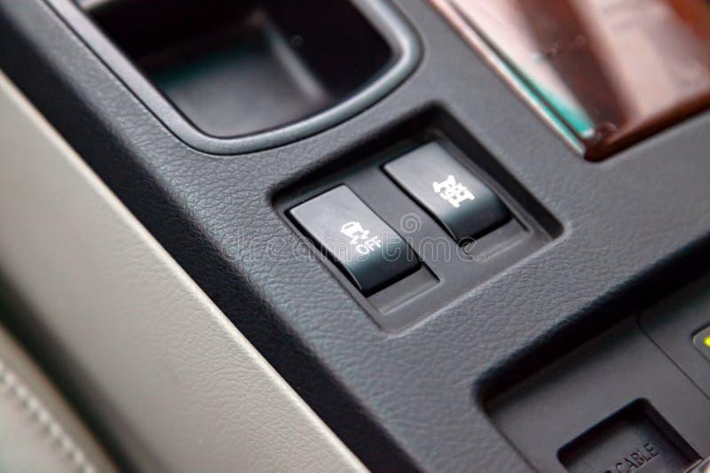 Os botões do sistema de controlo do curso são pretos e com close-up branco dos sinais no interior do carro no console de controle imagens de stock royalty free