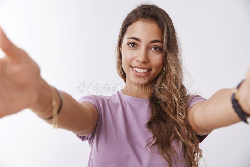 Os braços de alargamento da amiga tocante amigável macia do close-up querem abraçá-lo que abraça alcançando o sorriso de afago da imagens de stock royalty free