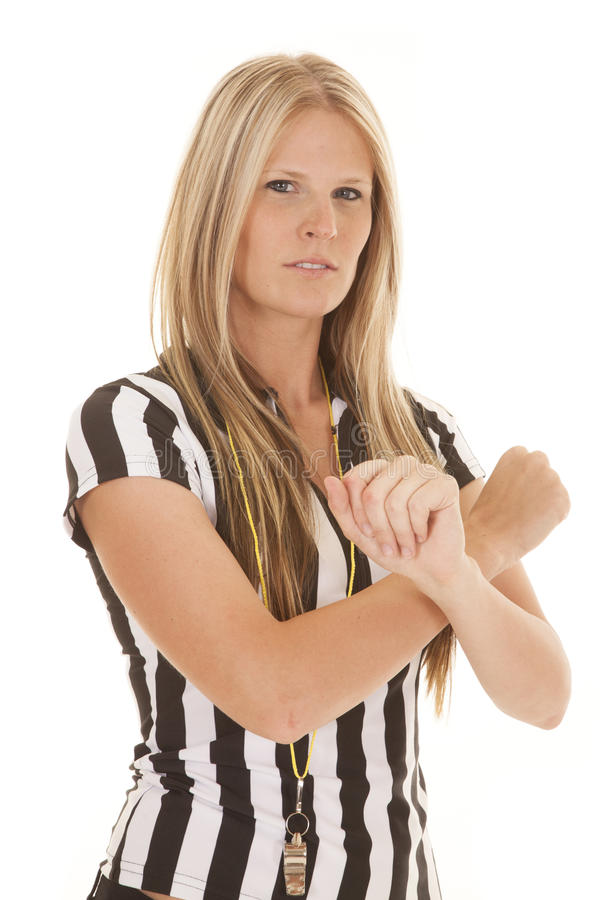 Os braços do árbitro da mulher cruzaram sério imagens de stock royalty free
