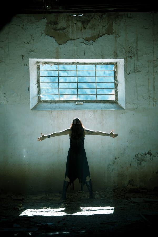 Os braços levantaram a menina gótico imagem de stock