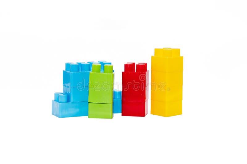 Os brinquedos das crianças coloridas, blocos de apartamentos plásticos foto de stock