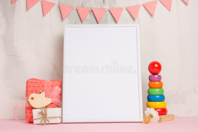 Os brinquedos das crianças, com um quadro branco o quadro em um fundo claro da parede com sinais das crianças, para o projeto, di foto de stock royalty free