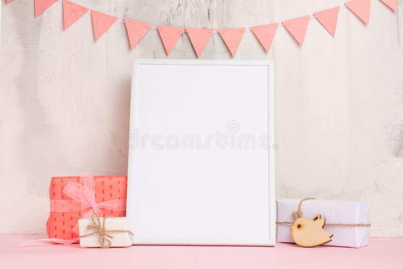 Os brinquedos das crianças, com um quadro branco o quadro em um fundo claro da parede com sinais das crianças, para o projeto, di imagens de stock