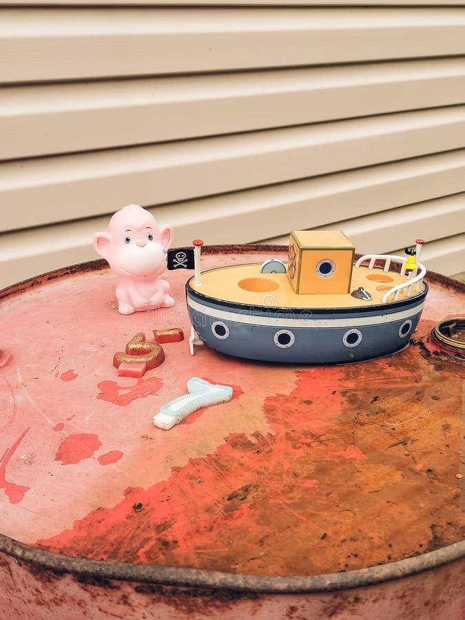 Os brinquedos retros das crianças idosas: bicicleta, coelho, lata molhando, barco, urso, macaco foto filtrada estilo do vintage foto de stock royalty free