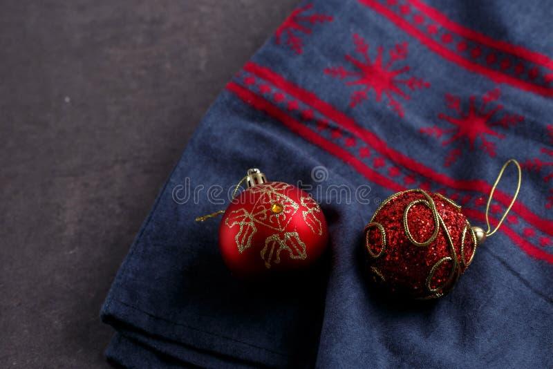 Os brinquedos vermelhos de ano novo em uma tela cinzenta com uma cópia de ano novo Vista de acima imagens de stock