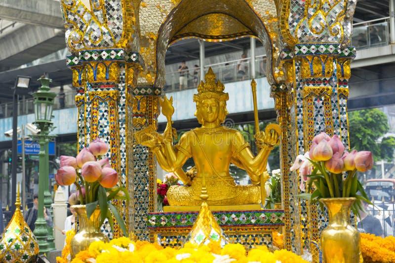 Os budistas adoram a estátua quatro-enfrentada de Brahma fotos de stock