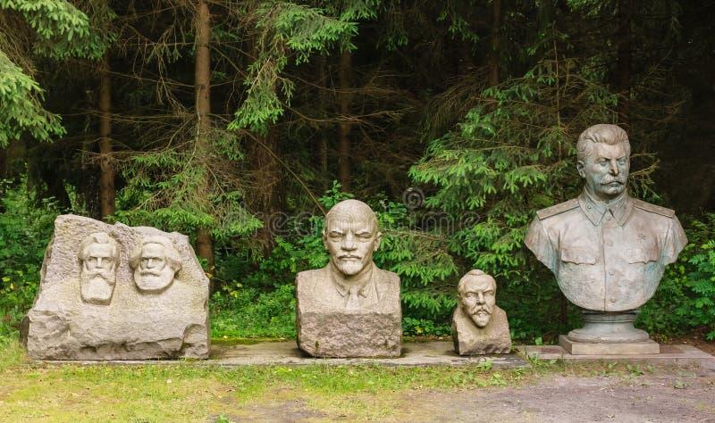 Os bustos de Marx, Engels, Lenin, Stalin Parque de Grutas lithuania imagens de stock royalty free