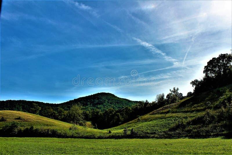 Os céus azuis brilhantes encontram-se em cima da montanha foto de stock royalty free