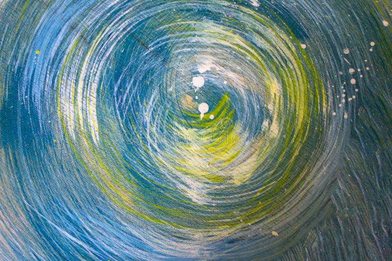 Os círculos cinzentos verdes azuis brilhantes e espirram da pintura branca em uma superfície de madeira Textura ?spera imagens de stock royalty free