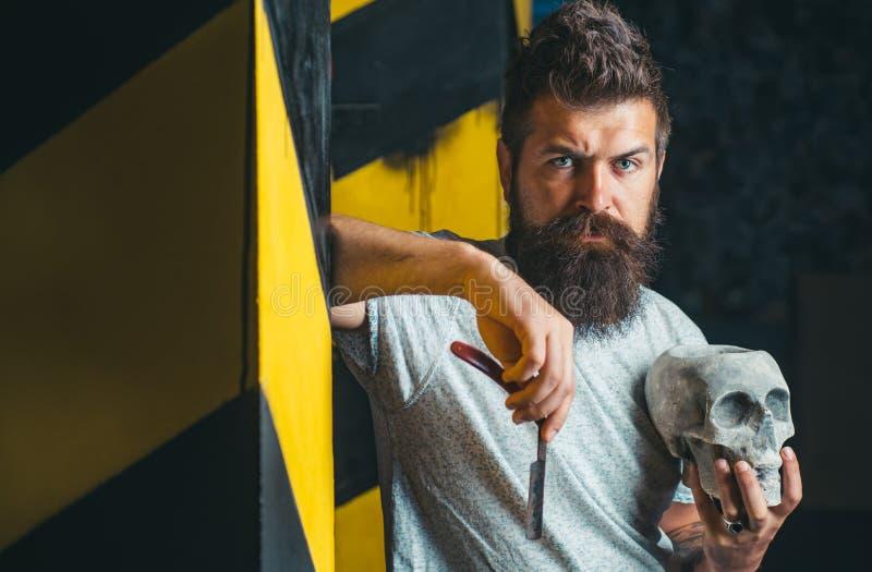 Os cabeleireiro trabalham para um indiv?duo consider?vel na barbearia Barbeiro de visita do homem na barbearia B?lsamo da barba r foto de stock