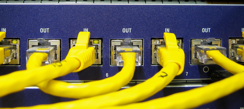 Os cabos do Ethernet RJ45 são conectados ao interruptor do Internet foto de stock
