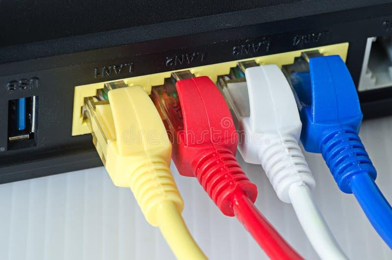 Os cabos ethernet conectam ao roteador ou ao interruptor imagens de stock