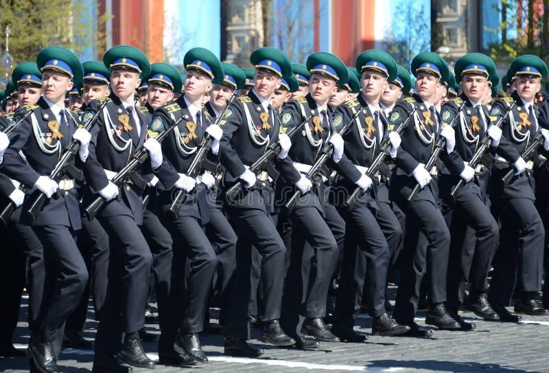 Os cadete do instituto do limite de Moscou de FSB de Rússia no ensaio geral da parada no quadrado vermelho em honra de Victory Da imagem de stock royalty free