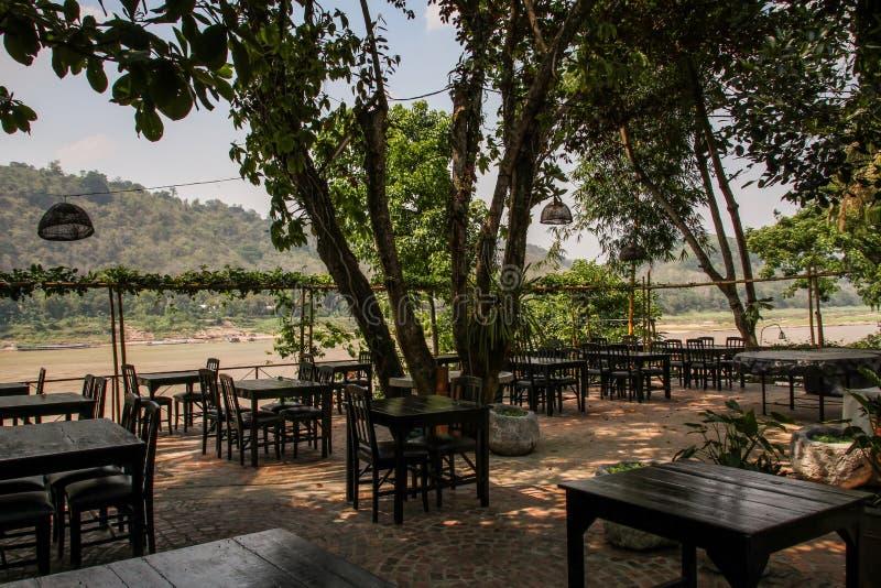 Os cafés calmos do prabang do luang ao lado dos riverbanks do mekong, província de Luang Prabang, Laos, foto de stock