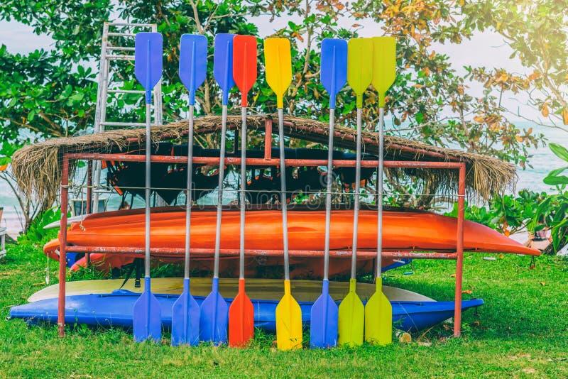 Os caiaque equipados coloridos para turistas na cremalheira em Khao Lak encalham, imagens de stock