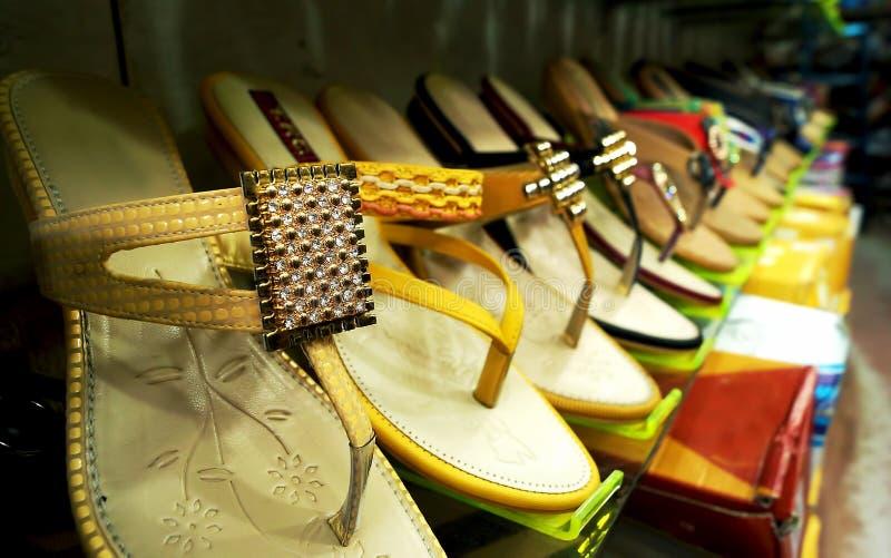 Os calçados de mulheres elegantes para a venda imagens de stock royalty free