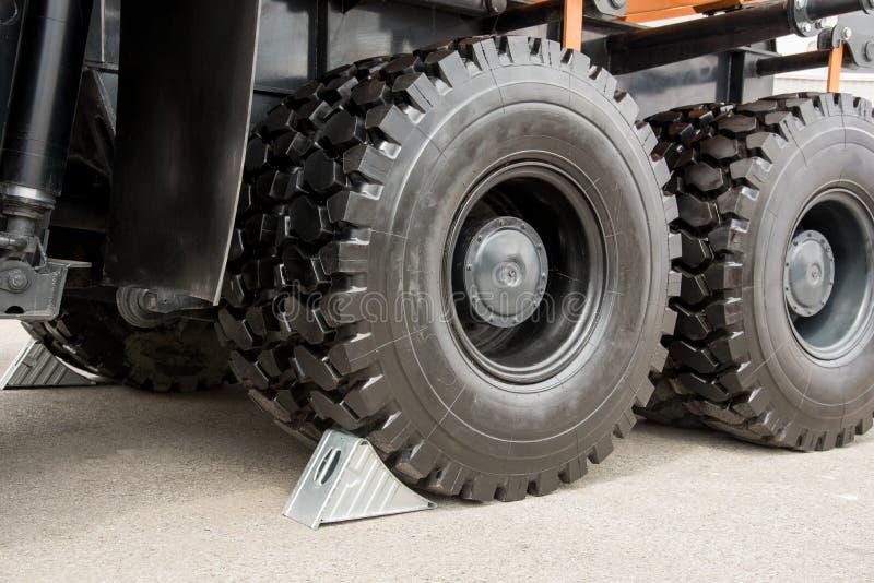 Os calços cinzentos metálicos da roda sob o caminhão grande rodam imagens de stock royalty free