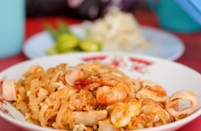 Os camarões acolchoam macarronetes tailandeses foto de stock