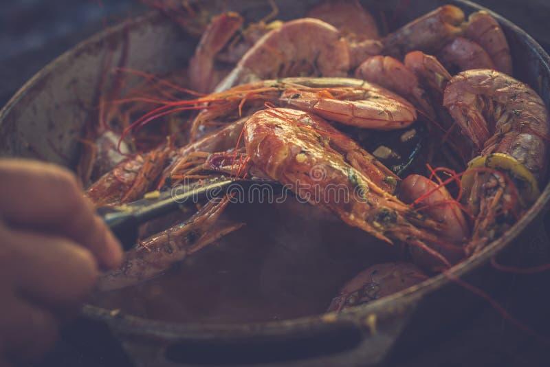 Os camarões saborosos saborosos encontram-se em um close-up da frigideira Imagem tonificada fotos de stock royalty free