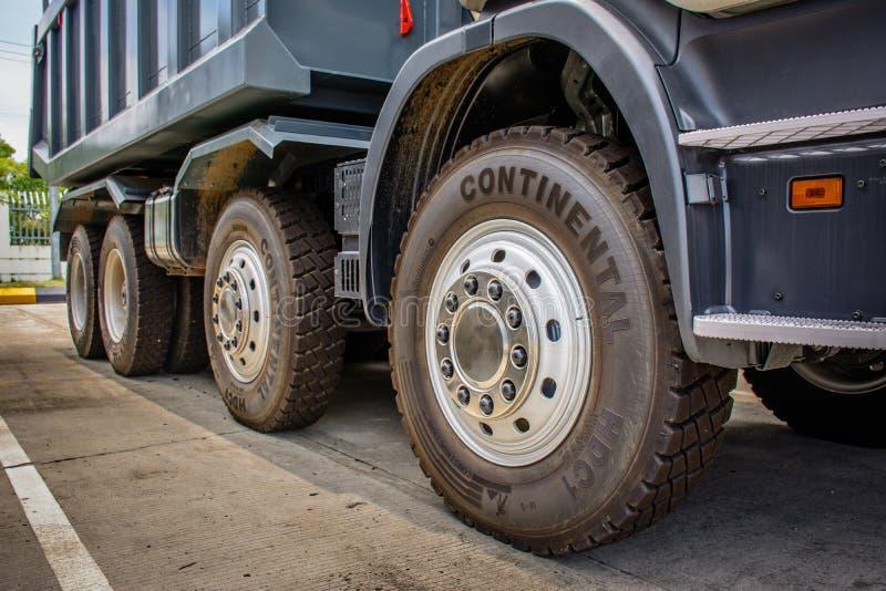 Os caminhões basculantes grandes estão estacionando foto de stock royalty free