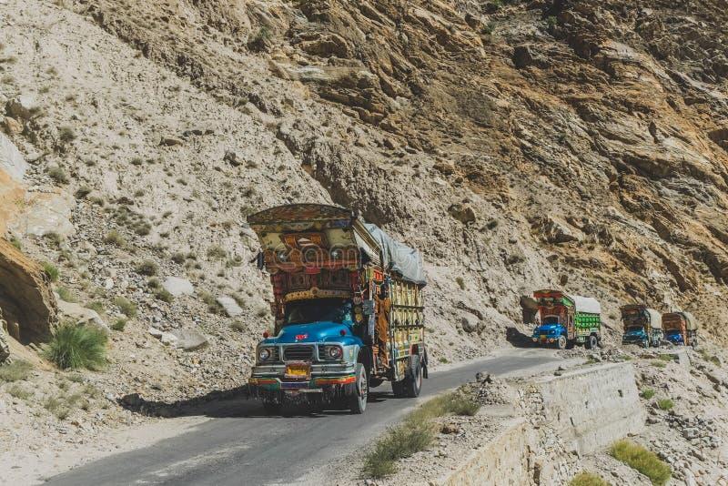 Os caminh?es decorados paquistaneses transportam bens atrav?s da estrada de Karakoram, Paquist foto de stock royalty free