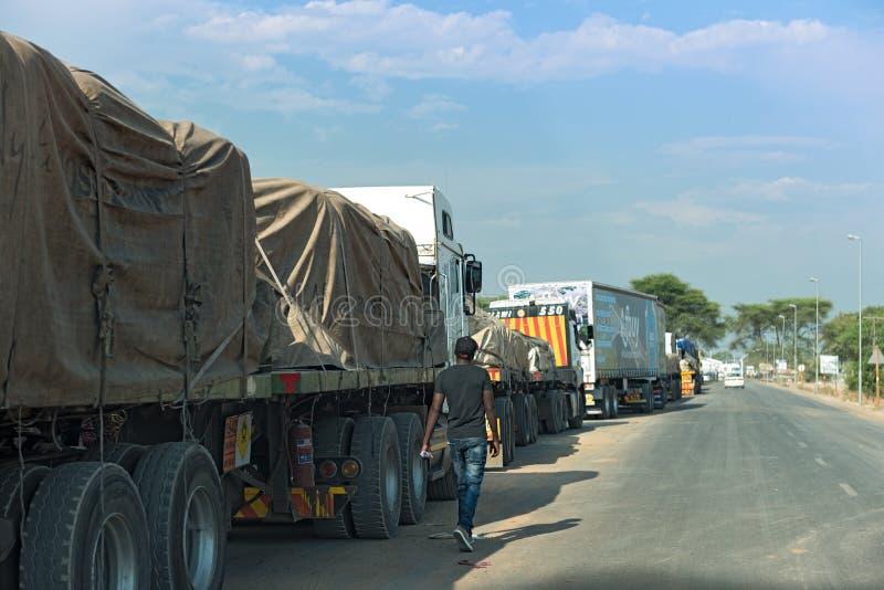 Os caminhões estão esperando a balsa do kazungula através do Zambezi River, que limita botswana e Zâmbia fotos de stock