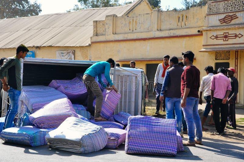 Os caminhões rolam sobre perto de Narayanpur, Índia imagem de stock royalty free