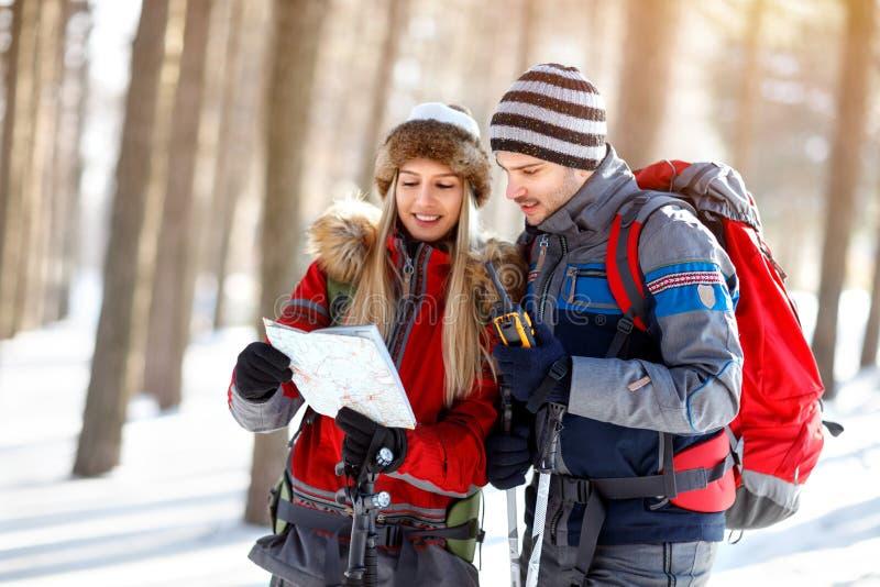 Os caminhantes acoplam a procura do trajeto no mapa foto de stock royalty free