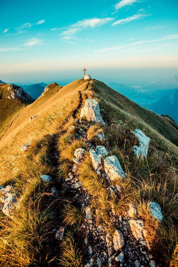os caminhantes protegem sobre montanhas italianas dos cumes imagem de stock