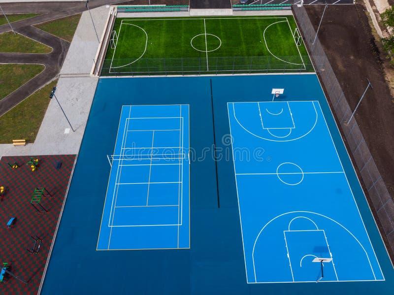 Os campos das cortes, os azuis e os verdes para o jogo, as competições e o treinamento, veem de cima de, imagens de stock royalty free