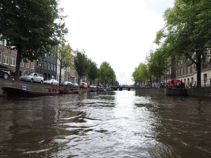 Os canais de Amsterdão, os Países Baixos, dia de verão claro foto de stock royalty free