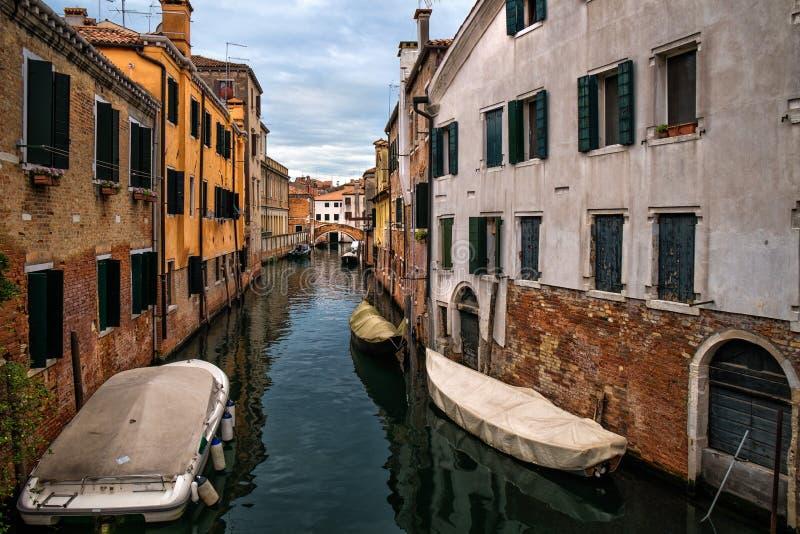 Os canais de Veneza no amanhecer em um dia nebuloso imagens de stock royalty free