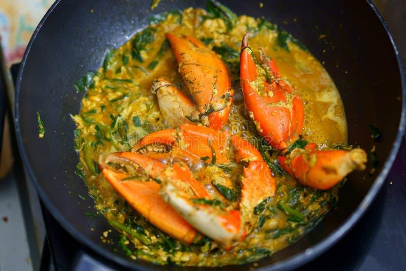 Os caranguejos fritaram com caril na bandeja que cozinham, topview fotos de stock royalty free