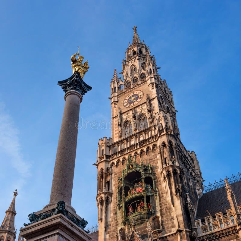 Os carrilhões de Marian Column, do pulso de disparo e a torre da câmara municipal nova em Munich, Alemanha imagem de stock