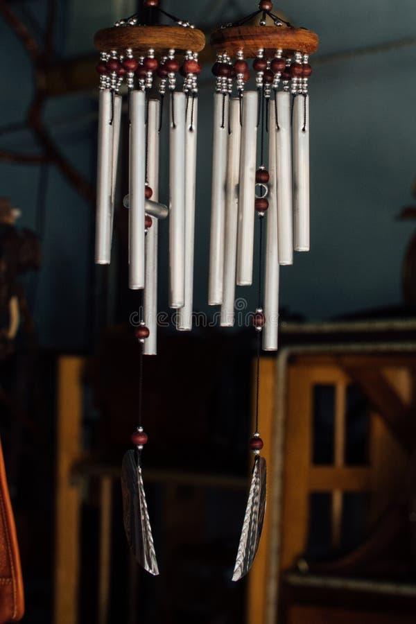 Os carrilhões de vento, tubos de prata do metal, animal, voz bonita, melódico soarão quando o vento funde imagem de stock