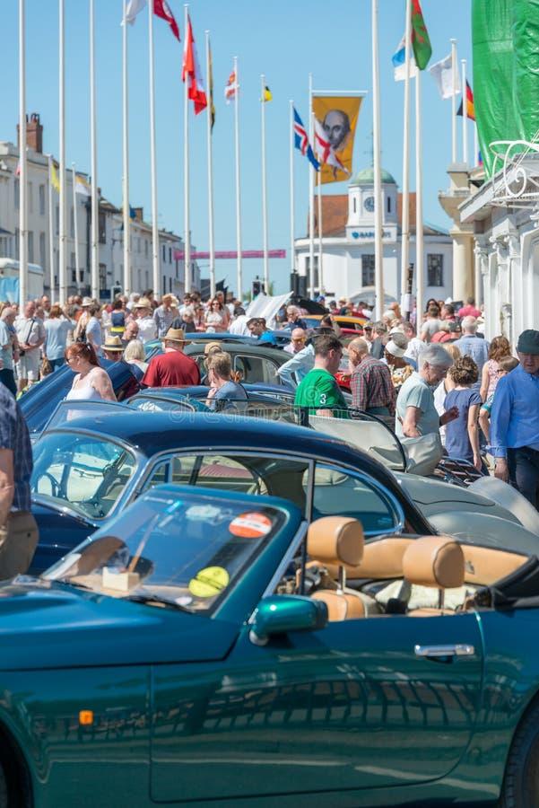 Os carros clássicos alinharam na rua principal com polos de bandeira e bandeira de Shakespeare foto de stock royalty free