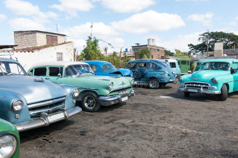 Os carros clássicos americanos estacionaram em um estacionamento na cidade de Santa Clara C fotos de stock