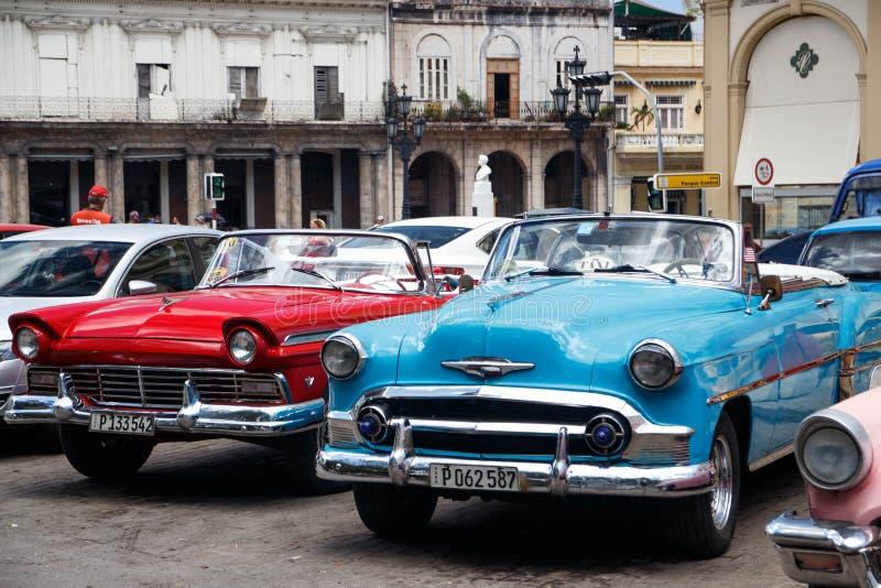 Os carros convertíveis americanos do vintage estacionaram na rua principal em Havana Cuba imagens de stock royalty free
