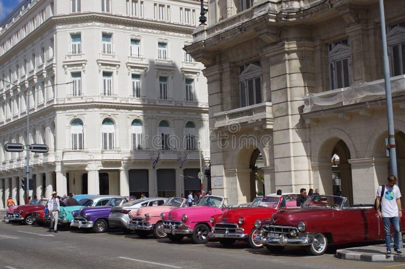 Os carros convertíveis do vintage estacionaram em Havana, Cuba fotografia de stock royalty free